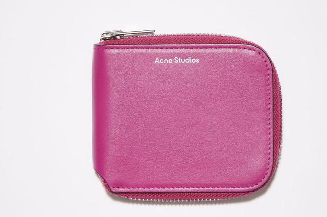画像: 「コンパクトジップウォレット」(縦10cm×横8.5×マチ1.9cm/札入れ×1、カードスロット×2)¥24,750(税込) 出典:fashion trend news