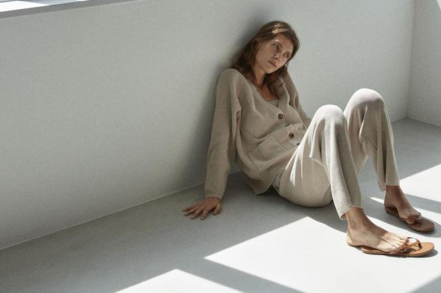 画像: 【マルモワ】トップス¥30,800 パンツ¥26,400(ともに税込) 出典:fashion trend news