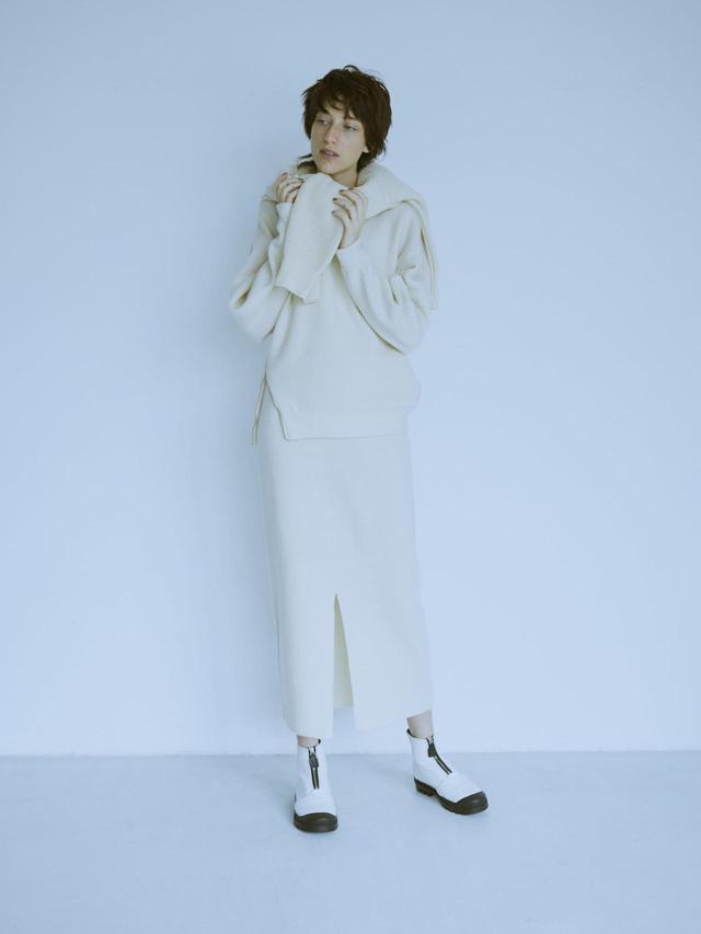 画像: 【ミューニック】トップス¥18,700 スカート¥16,500 肩にかけたニット¥19,800(すべて税込) 出典:fashion trend news