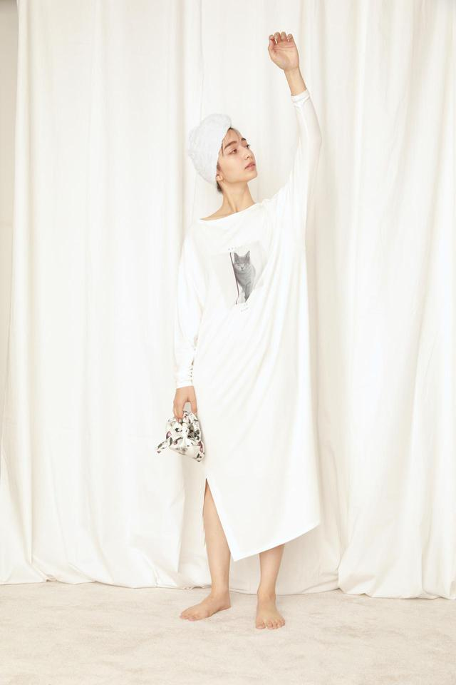 画像: CATプリントロングTシャツワンピース¥5,940、ハンドポーチ¥4,180(ともに税込) 出典:fashion trend news
