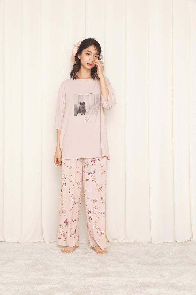 画像: CATプリントTシャツ¥4,620、レーヨン楊柳パンツ¥6,930(ともに税込) 出典:fashion trend news