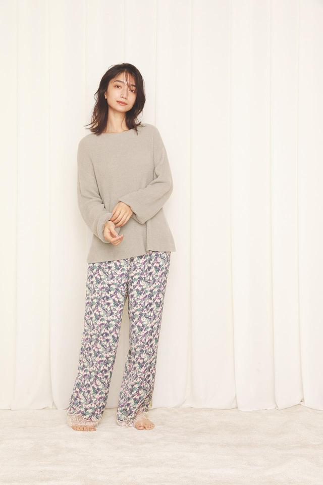画像: リブプルオーバー¥7,920、サテンプリントパンツ¥8,580(ともに税込) 出典:fashion trend news