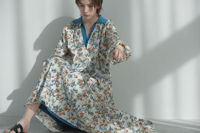 画像: 花柄ワンピース¥21,800【シップス】 下に着たブルーのワンピース¥29,000【カレンテージ】 サンダル¥52,000【ペリーコ】 出典:シップス