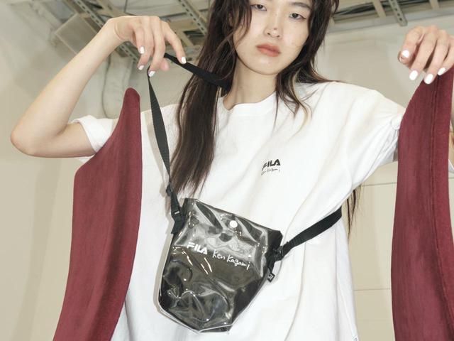 画像: Ken KagamiとのコラボレーションによるTシャツ¥5,400、サコッシュ¥4,900 出典:フィラ