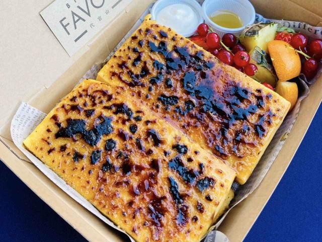画像: 香ばしくキャラメリゼしたクレームブリュレを組み合わせた、新作フレンチトースト「クレーム・ブリュレ」¥1,760 出典:FAVORI
