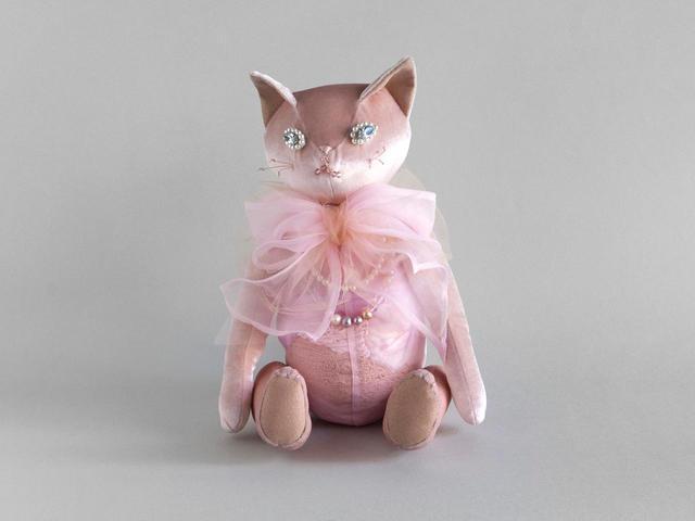 画像: 試し染めの毛糸などから作られた猫のぬいぐるみ¥63,800 出典:サークチュール