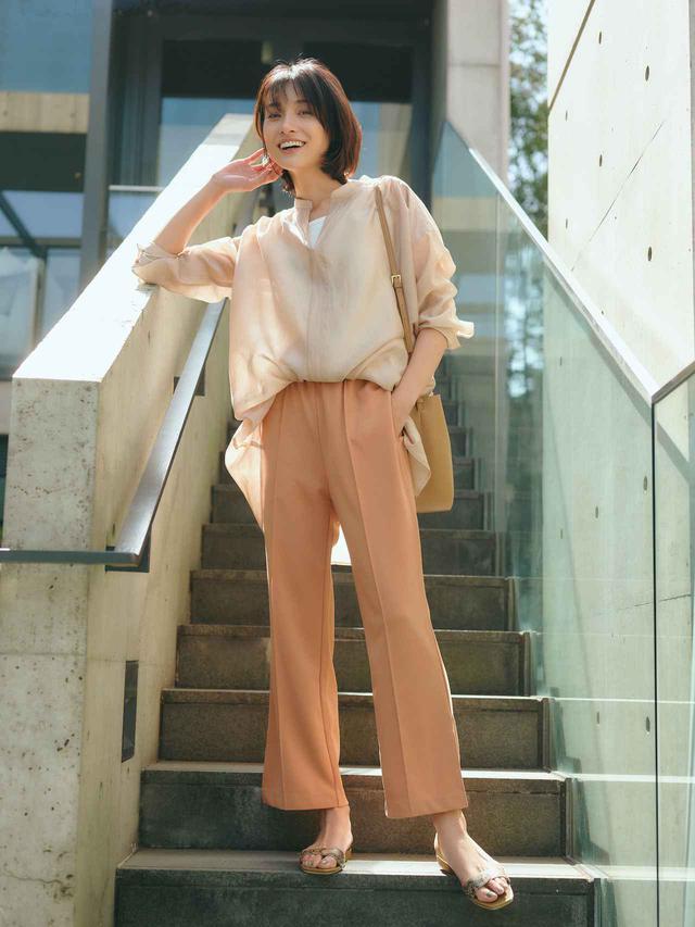 画像: 「サマ見えフレアスリットパンツ」¥5,390 フレアのほか、テーパードシルエットもラインナップ 出典:エルーラ