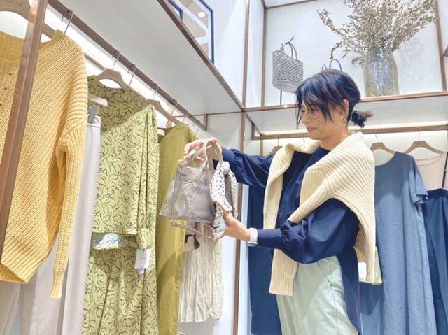 画像: 【エルーラ】の店頭に立つ40代のスーパーバイザー 出典:エルーラ