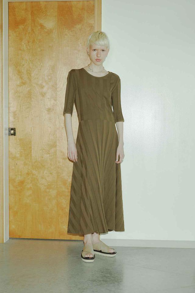 画像: オープンバックリブワンピース¥25,300(税込) 出典:fashion trend news