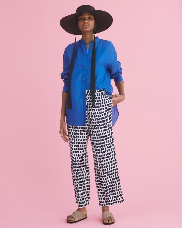 画像: ラミーリヨセルバックギャザーシャツ¥16,500(税込)、テガキプリントイージーパンツ¥16,500(税込) 出典:fashion trend news