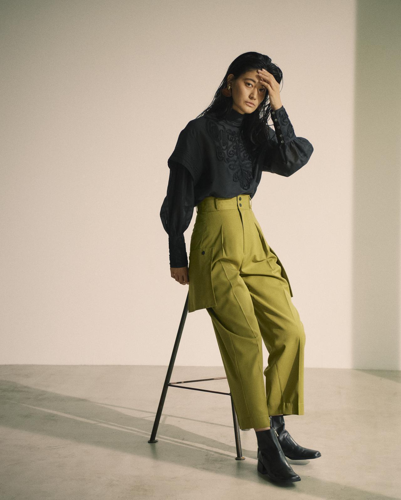 画像: ブラウス¥17,600(税込)、パンツ¥15,400(税込) 出典:fashion trend news