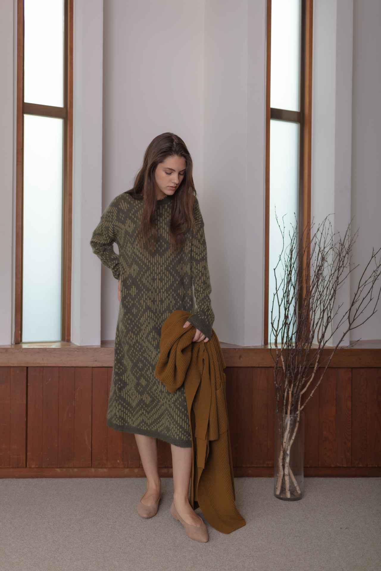 画像: 「KIKAニットドレス」¥14,000、手に持った「ニットコードロングガウン」¥19,000※2021年10月5日(火)〜10月18日(月)が受注期間 出典:ノール・ケアド