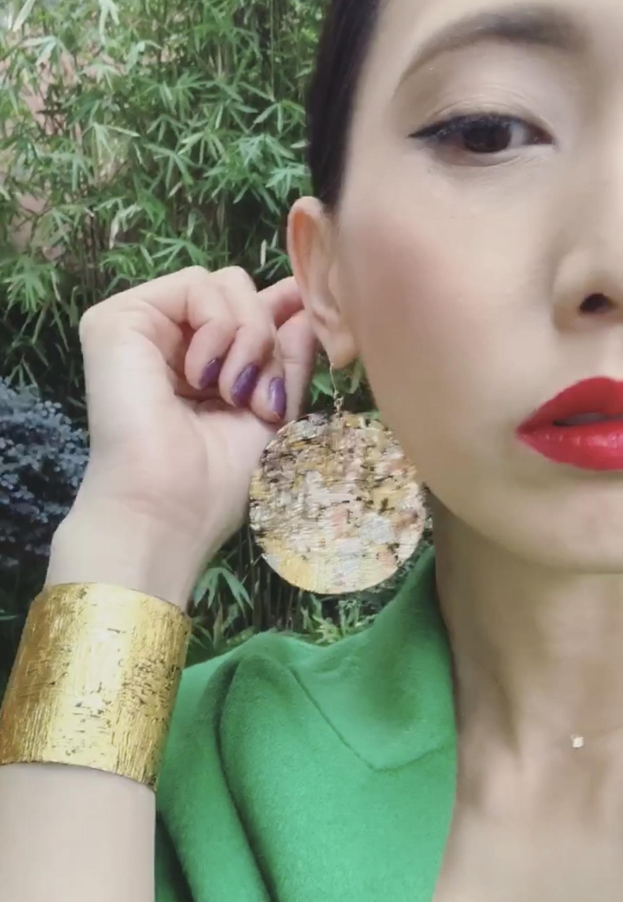 画像: 上海コレクション時に着用していった、riuruのバングルとピアス www.instagram.com