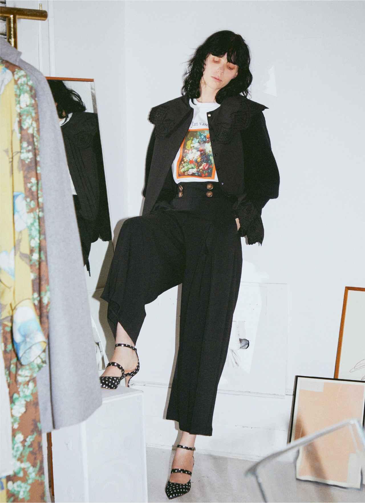 画像: 「ビッグカラー刺繍ブラウス」¥12,320、「ウールアームウォーマー」¥8,580、「アートTシャツ」¥6,930、「フロントボタンワイドパンツ」¥10,780 出典:fashion trend news