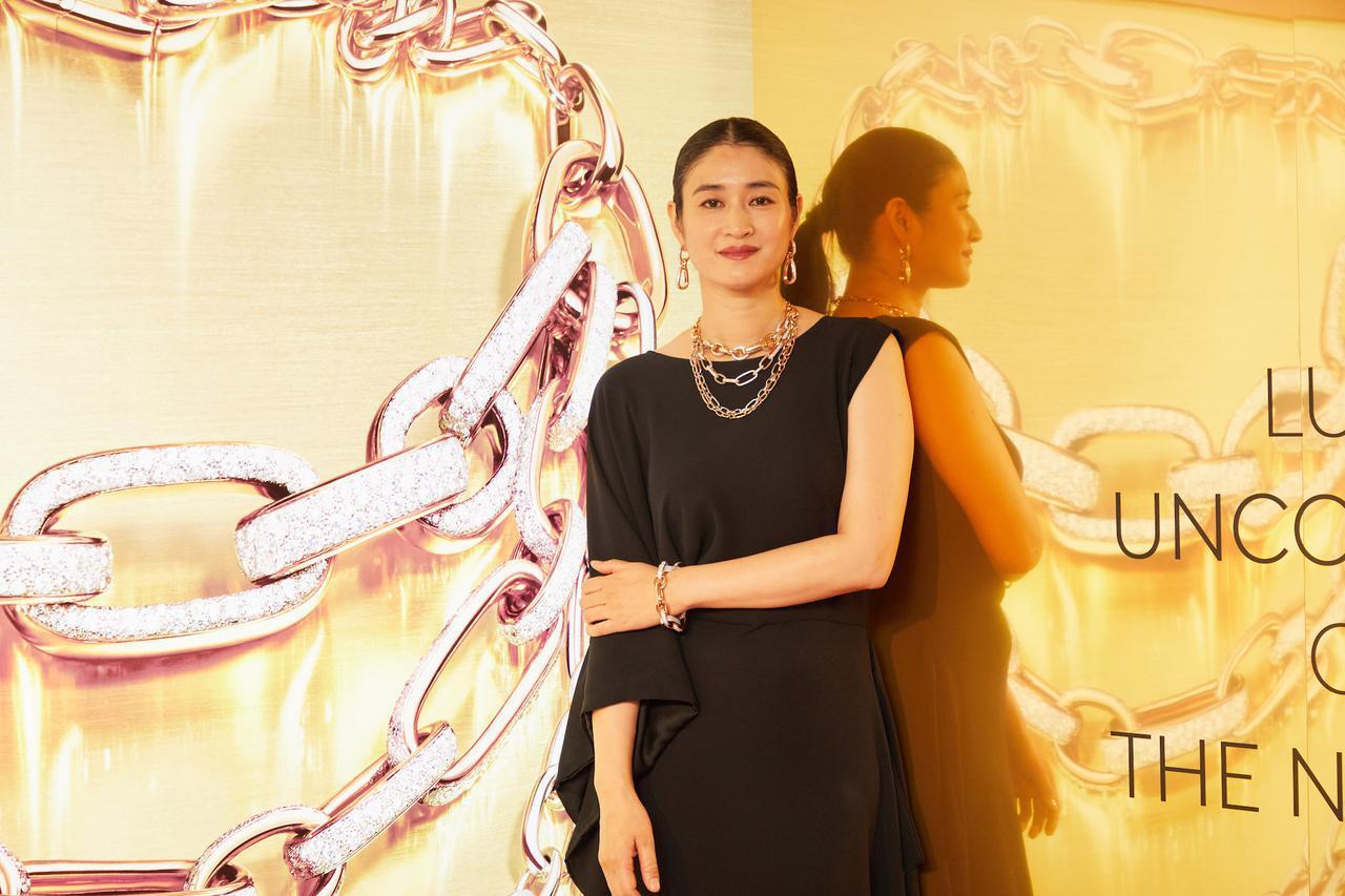 画像: 小雪さんが着用している「イコニカ」ネックレス¥25,960,000、イヤリング¥4,565,000、ブレスレット¥11,770,000(すべて税込) 出典:ポメラート展