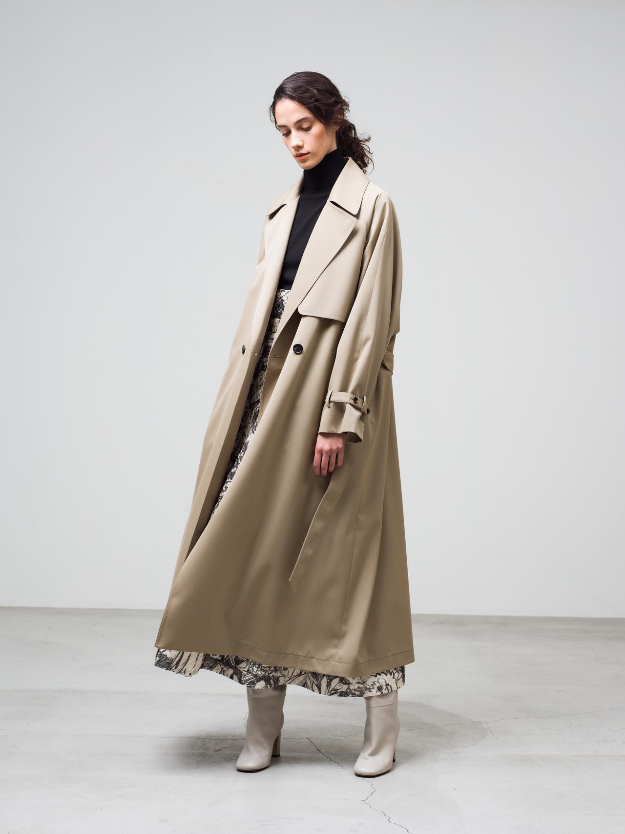 画像: トレンチコート¥121,000、クリアソフトウールニット¥28,600、シュリンクフラワースカート¥121,000(すべて税込) 出典:fashion trend news