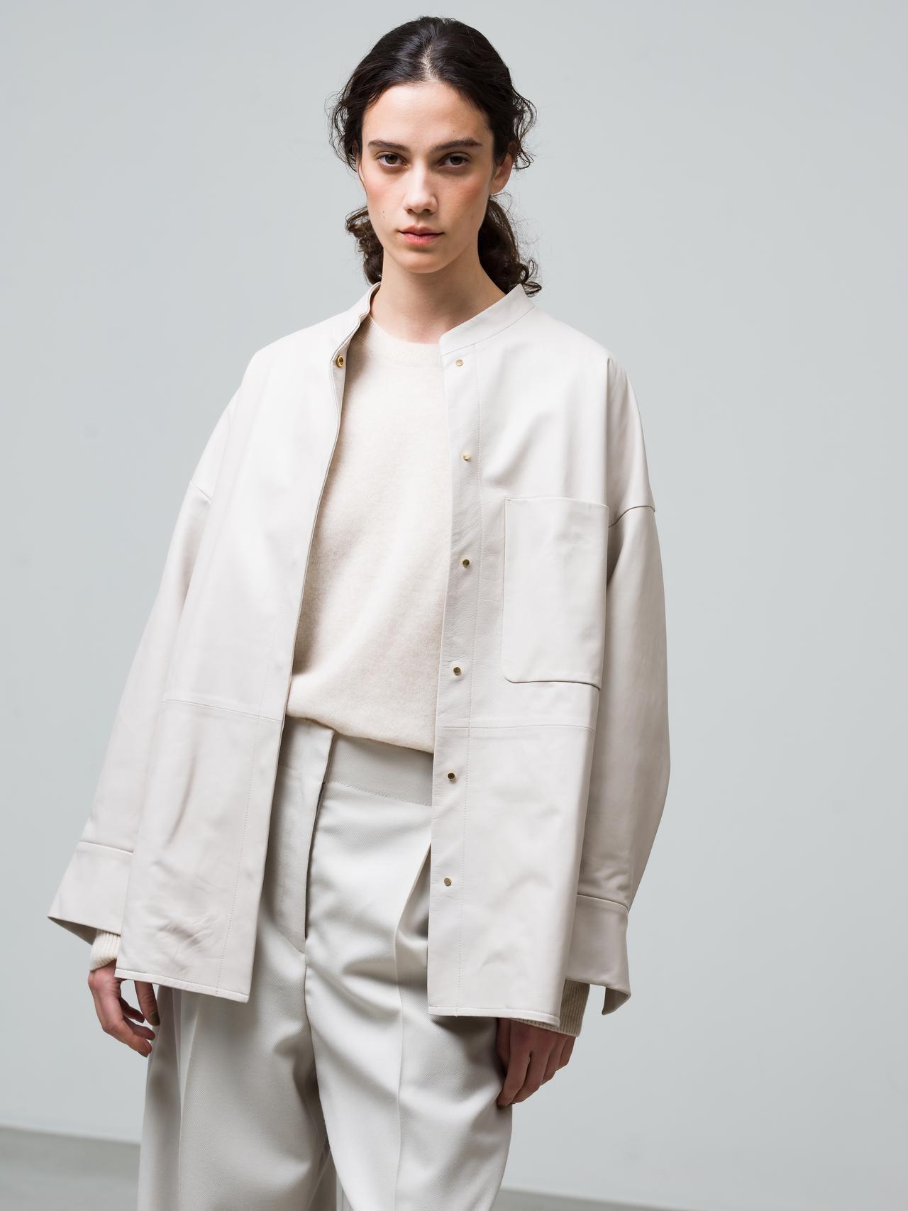 画像: ソフトレザージャケット¥143,000、ハイゲージカシミアニット¥47,300、ウールサキソニーパンツ¥42,900(すべて税込) 出典:fashion trend news
