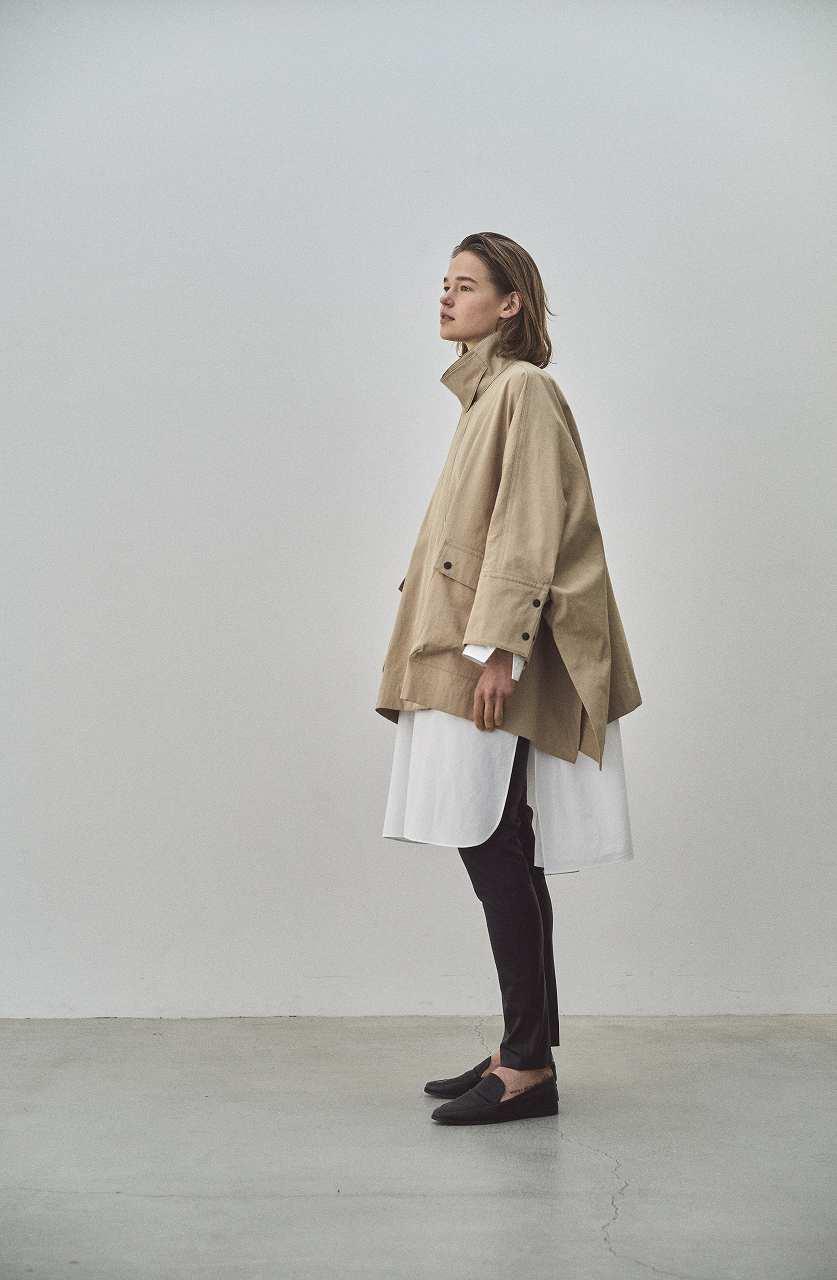 画像: ポンチョ¥59,400、ロングシャツ¥42,900、レザーパンツ¥86,900(すべて税込) 出典:fashion trend news