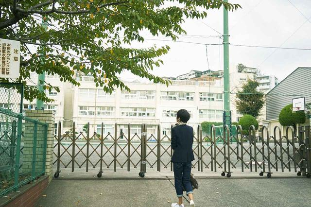 画像: お父さんが通っていた小学校。忍さんにとっても母校で、訪れるのは数十年ぶり。当時木造だった校舎は、立派な建物になっていた