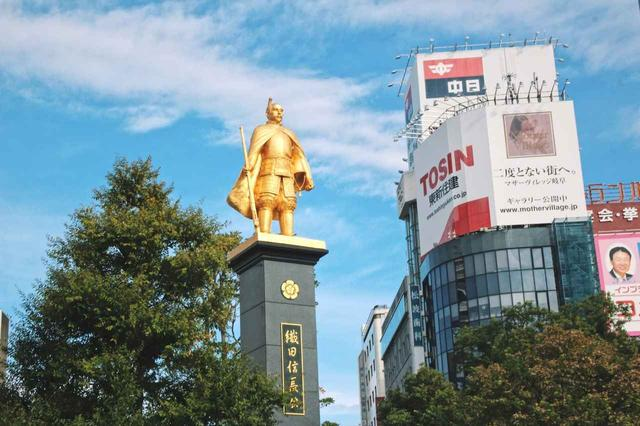 画像: ▲JR岐阜駅北口広場に立つ黄金に輝く織田信長公像。市制120周年を記念して平成21年に建てられたもので、台座までは8m、像自体は3mあるのだそう