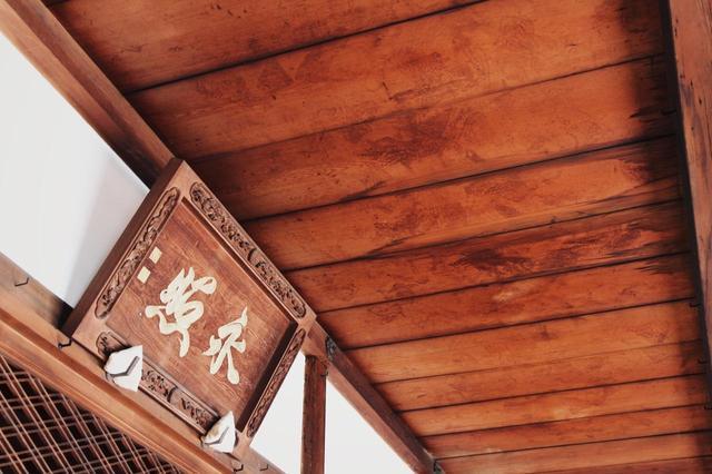 画像: ▲弔いのため持ち込まれた血天井には鎖かたびらの跡なども生々しくついており、戦いの凄惨さを感じさせる