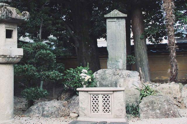 画像: ▲寺内中庭の奥に静かに佇む「織田信長父子廟」