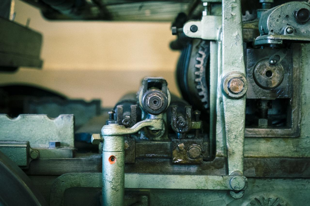 画像: ▲印刷所の片隅には、古い活版印刷機が展示してあった