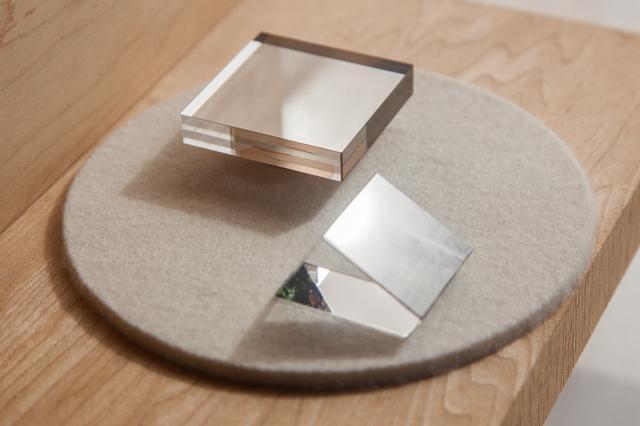 画像: 手前:反射している射映枠 奥:四角の映箱