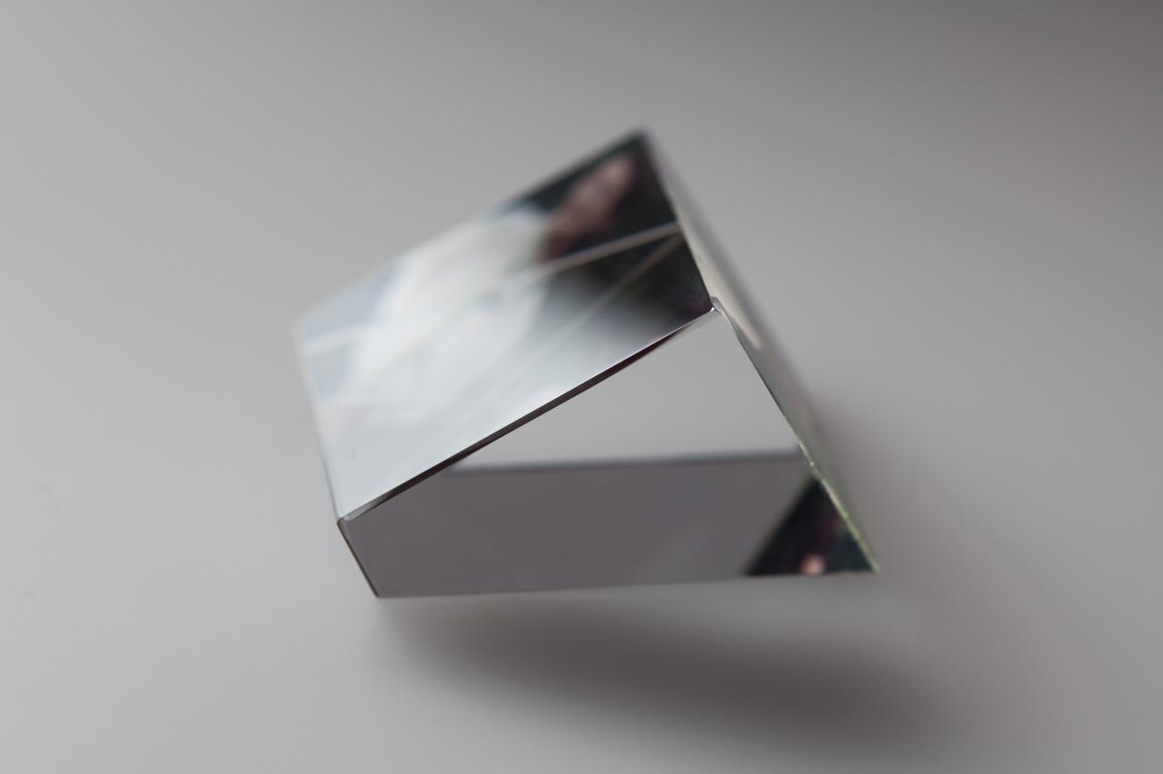 画像: 光の具合によって、像が見え隠れする射映枠