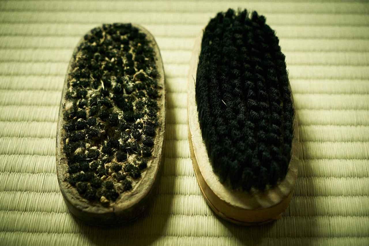 画像: ▲納品前にイグサの表面についたホコリや土などを落とす際に使うブラシ。こちらも左が二代目のもので右が三代目のもの。二代目のブラシはかなり毛先が短くなっていることがわかる