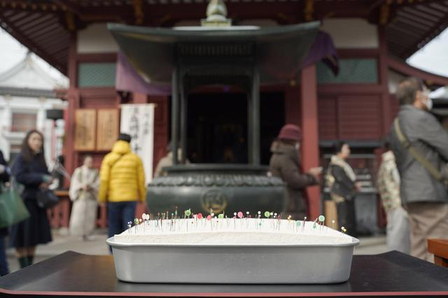 画像3: 30丁分の大きなお豆腐に針を刺す不思議な光景