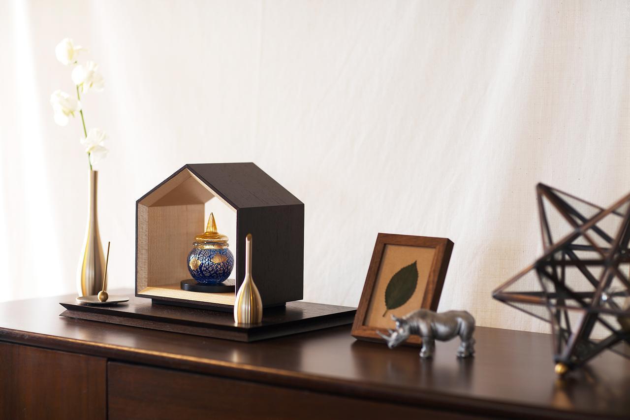画像: 中央枠:仏壇「いのりのおうち」(素材:ウォールナット) 中央:骨壷「彩音(さいおん)」 左:花立「そろり」 左から二番目:香立て「香の器」