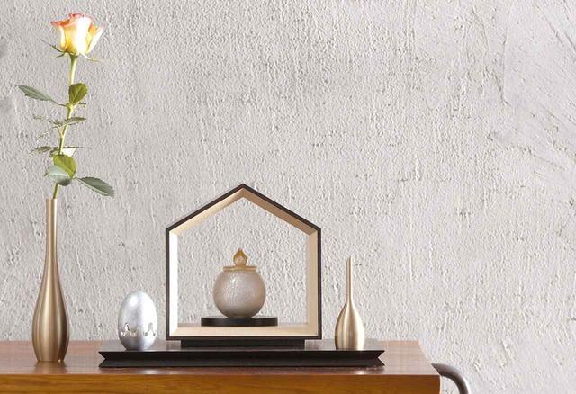 画像: 中央枠:仏壇「いのりのおうち」(素材:ウォールナット) 中央:骨壷「かなおと」 左:花立「そろり」