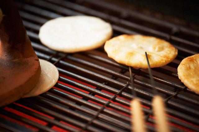 画像1: 復興を支えた醤油煎餅。幼い頃の記憶