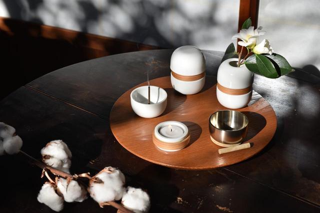 画像1: 繭環 - 現代の暮らしに寄り添う骨壷と「新五具足」