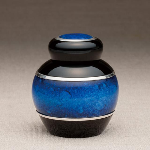 画像: まとう - 掌に馴染む曲線に、奥深く美しい色を纏う七宝の骨壷