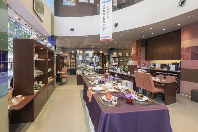 画像: 銀座香蘭社のショールーム。1階は食器や花瓶、骨壷は2階でゆっくり選ぶことができる