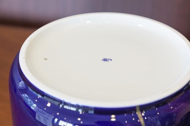 画像: 底面には、香蘭社のロゴマークである蘭が描かれている。湿気予防の小さな空気穴も。