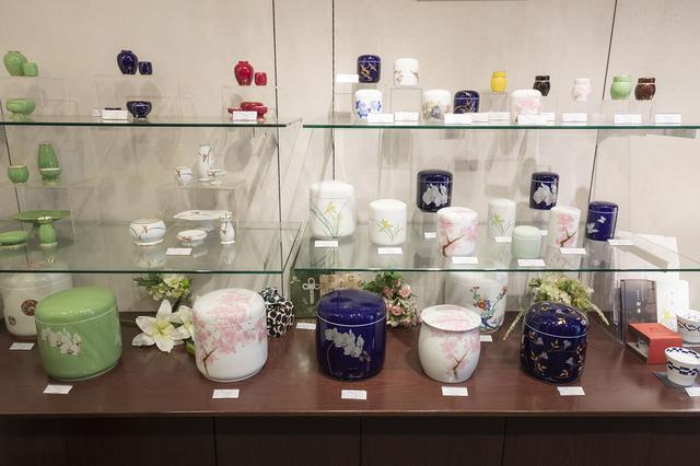 画像: 色鮮やかな香蘭社の骨壷