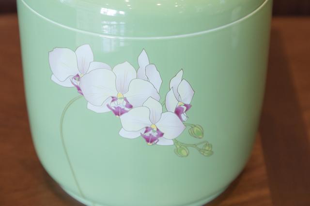 画像: 社名にも入っている、蘭のイラスト。柔らかい曲線美。グリーンのカラーも人気とのこと。