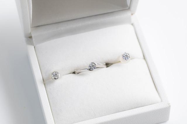 画像: ダイヤモンドのピアスとペンダント。ピアスは両耳につけるなら2粒必要