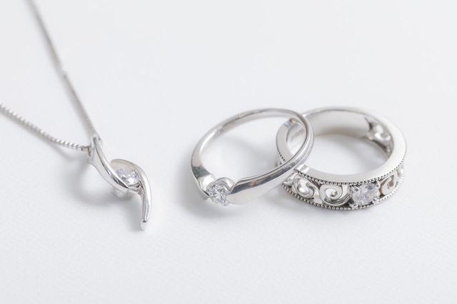 画像: ダイヤモンドのペンダントとネックレス。普段着にも合うシンプルなデザイン