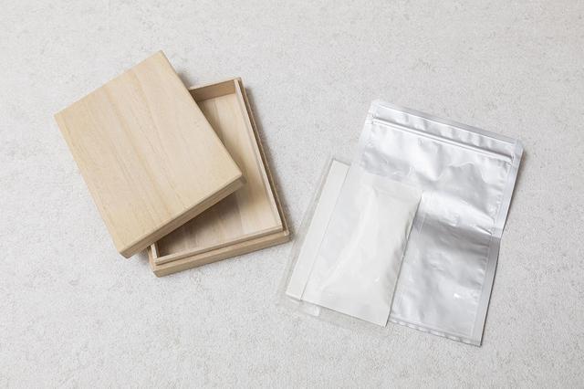 画像: 粉骨したご遺骨は、カビを防ぐため真空パックした上で桐箱に収めます。粉骨は1体18,000円(税別)