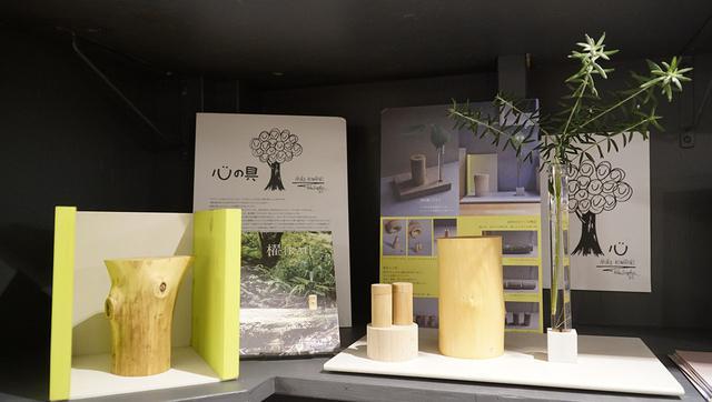 画像: 自然樹から作られた櫂。右の櫂は、遺品を納める容器が2つあり、父と母など2人分が納められるものも