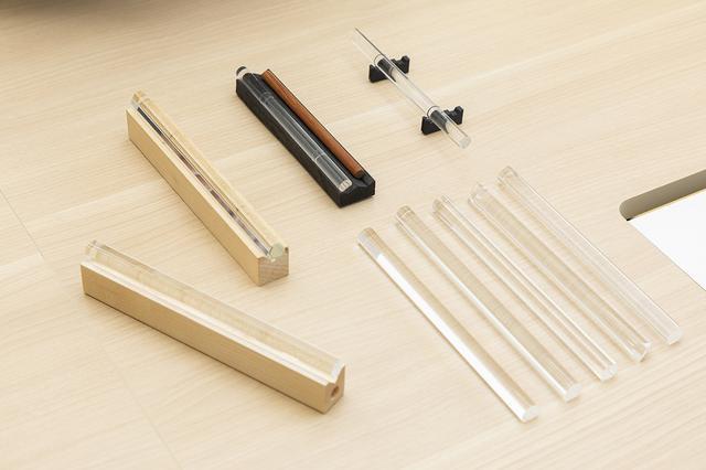 画像: おりんとりん棒を乗せる台の試作品。「おりんとりん棒を対等に扱うアイデアからスタートしたんですけど、スペースを取るので、りん棒を水平鈴の台に収納する形になりました」