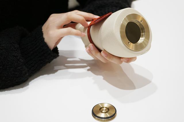 画像: フタはコインなどを引っ掛けて回さないと開かない。骨壷の中は広めにとってある。