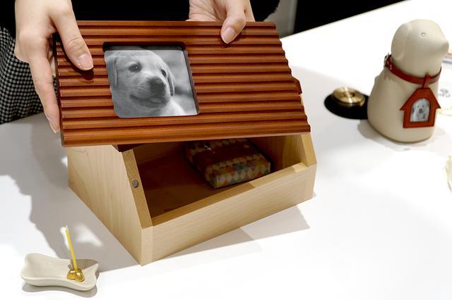 画像: 家型のステージは中にロウソクやリードを収納できるBOXタイプに。骨型のロウソク立ても可愛い
