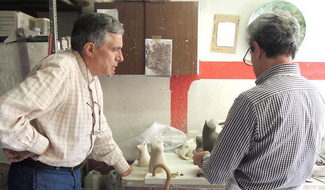 画像: イタリアの工房の様子。1点ずつお顔は手作り