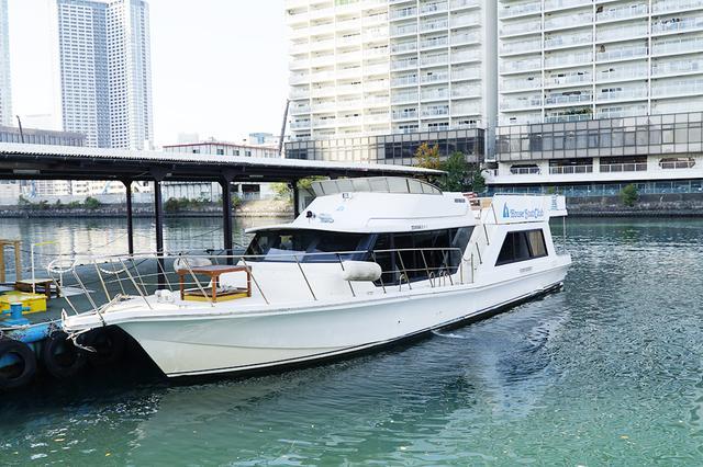 画像: ハウスボートクラブ所有の小型船舶。船内は長身の男性でも屈まなくていい高さで、ちょうどいいサイズ感。