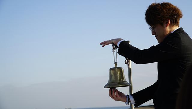 画像: カランと故人にも届くように響き渡る号鐘の音。しんみりする
